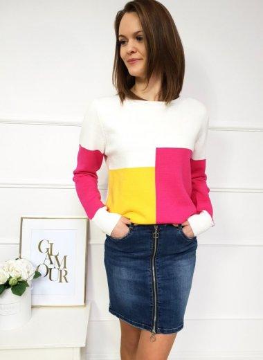 Biały sweterek w kwadraty