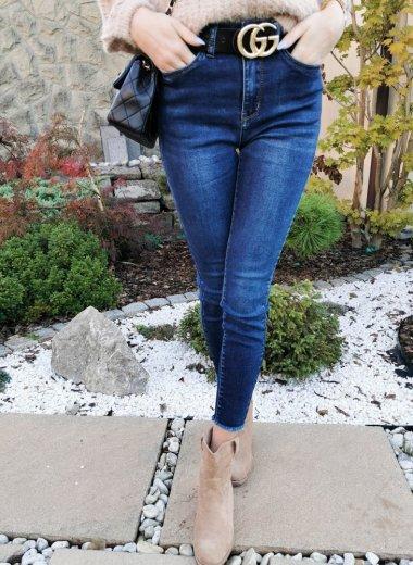 Jeansy ze strzępioną nogawką