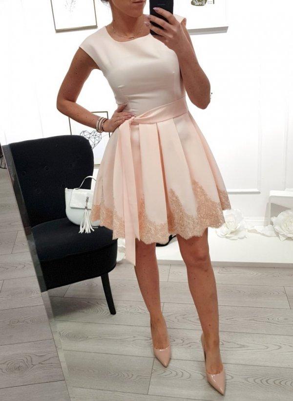Różowa sukienka z haftem Diana